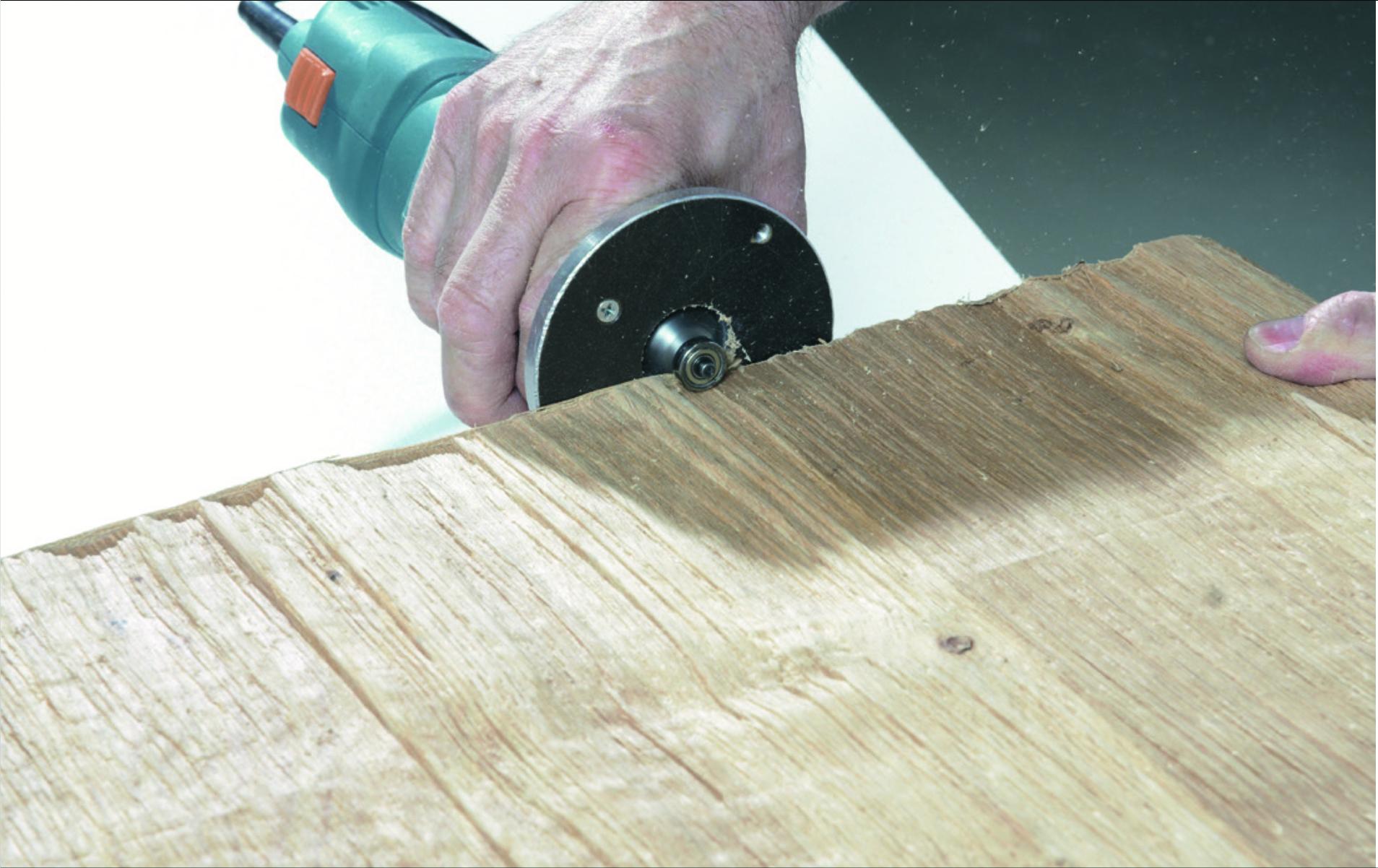 3. Fahren Sie mit dem Profilfräser möglichst waagerecht entlang der Kante und säubern das überschüssige Kantenmaterial.